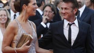 Sean Penn and Roberta Armani arrive on the red carpet.