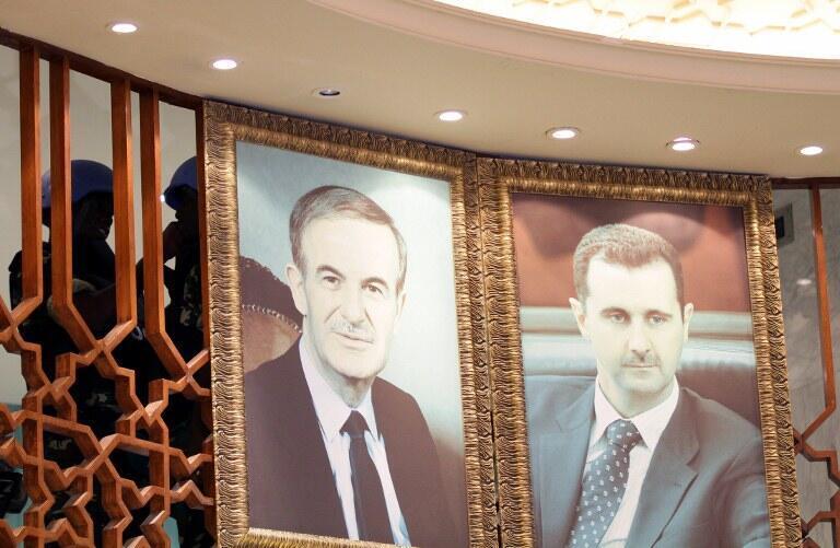 Photo du président syrien Bachar el-Assad (D) et son défunt père, l'ancien président Hafez el-Assad, à Damas, le 16 mai 2012.