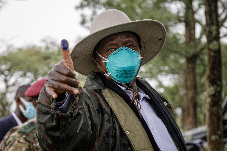 El presidente de Uhanda, Yoweri Museveni, después de votar en Kiruhura, Uganda, el 14 de enero de 2021
