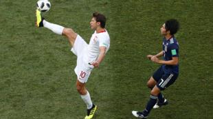 World Cup 2018: Nhóm H - Nhật Bản gặp Ba Lan: Cầu thủ Ba Lan Grzegorz Krychowiak tranh bóng với cầu thủ Nhật Gaku Shibasaki tại sân vận động Volgograd, ngày 28/06/2018.