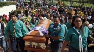 Boy Scouts cargan el féretro de Kluiver Roa durante su entierro en San Cristóbal, el 25 de febrero de 2015.