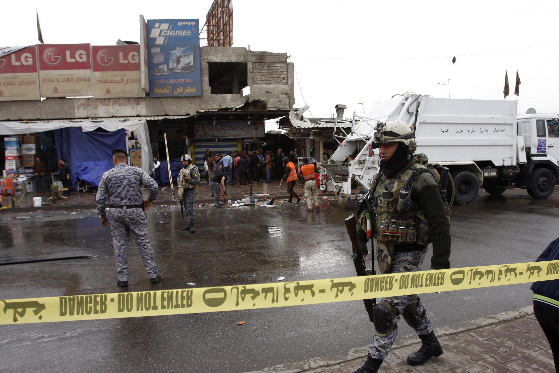 Một người lính Irak đi tuần trước một khu phố bị khủng bố bằng chất nổ ngày 07/02/2015.