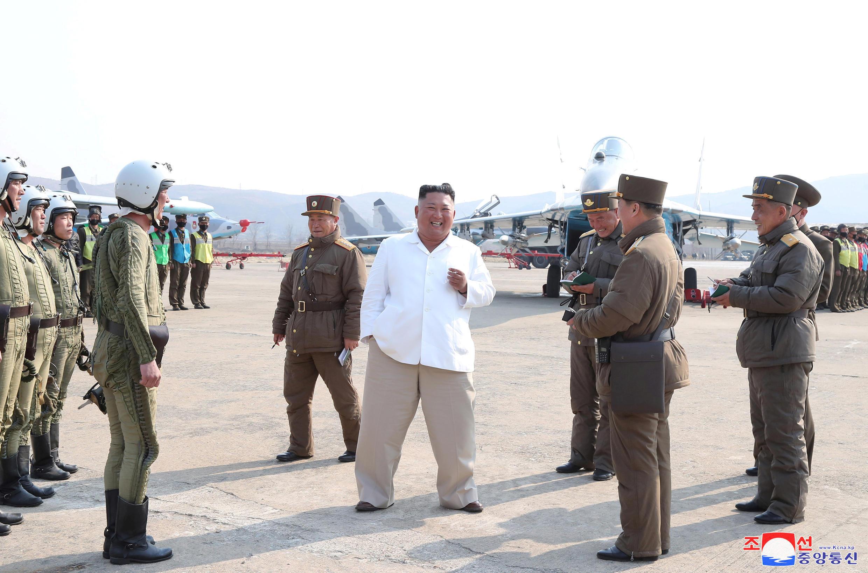 朝中社今年4月12日发表的金正恩视察部队资料图片