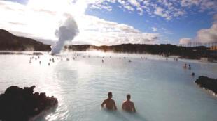 Suối nước nóng tự nhiên ở Iceland. Du khách đặc biệt thích Hồ xanh gần Grindavik.
