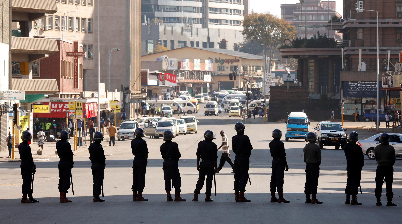 Siku moja baada ya makabiliano kati ya waandamanaji na polisi yaliyosababisha vifo kadhaa, polisi ya Zimbabwe imezingira makao makuu ya chama kikuu cha upinzani cha MDC, huko Harare Agosti 2, 2018.