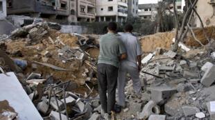 Deux habitants de Gaza dans les ruines de leur maison, le 20 août 2014.