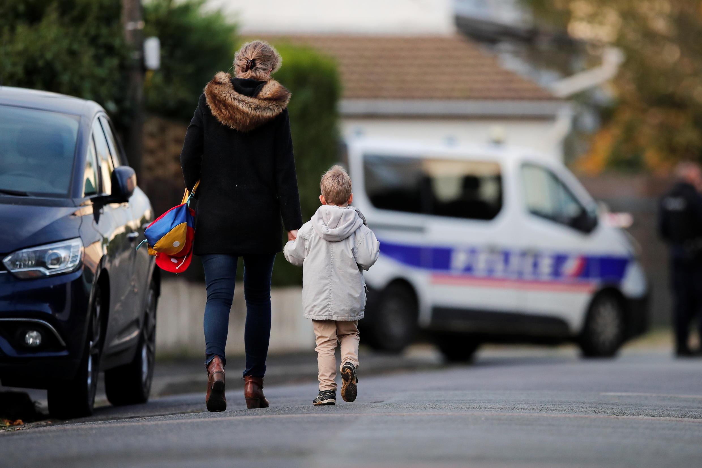 После теракта против учителя Самюэля Пати, произошедшего вдругом парижском пригороде, полиция приняла угрозу всерьез: подозреваемый помещен под стражу, вшколеусилена охрана.