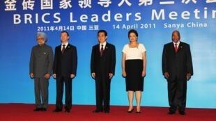 De G à D: Manmohan Singh, Dmitri Medvedev, Hu Jintao, Dilma Rousseff et Jacob Zuma.