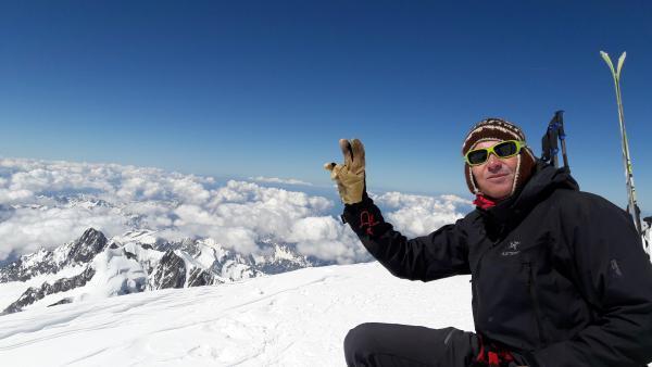 O esquiador Stéphane Prévost no topo do Mont-Blanc, em maio de 2017.