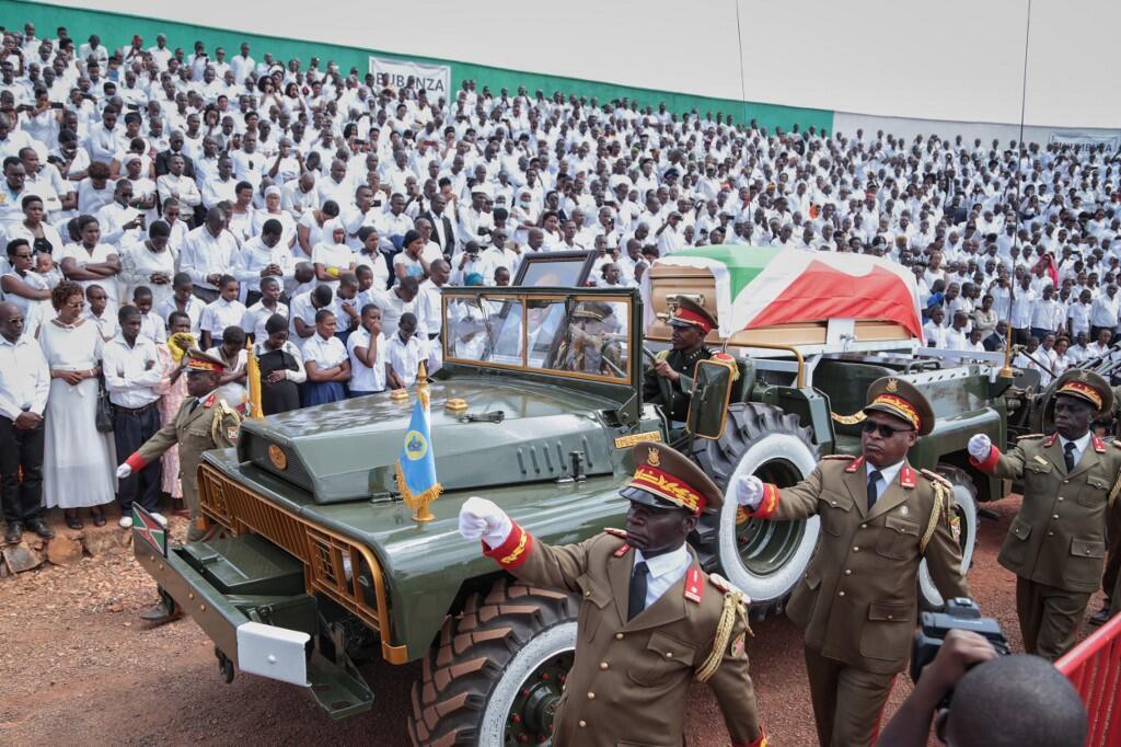 Le cercueil de Pierre Nkurunziza lors de ses funérailles au stade de Gitega, Burundi, le 26 juin 2020.