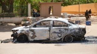 Une voiture calcinée à l'extérieur de l'ambassade de France à Ouagadougou, visée par une attaque vendredi 2 mars.