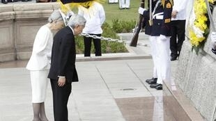 日本天皇夫妇向菲律宾马尼拉二战受害者公墓纪念碑致哀
