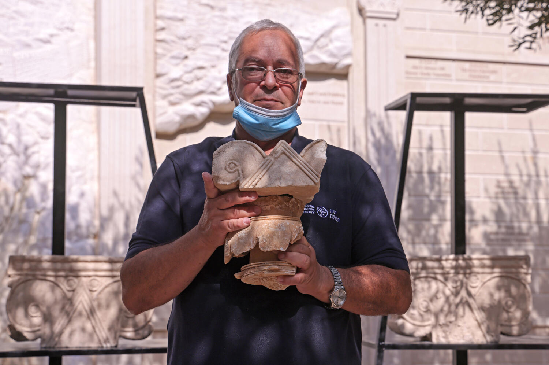 Un chapiteau a été retrouvé dans des fouilles à Jérusalem par l'équipe de l'archéologue Yaakov Billig qui les présente le 3 septembre 2020.