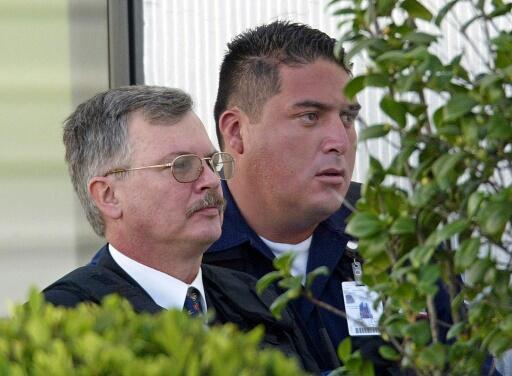 Foto de archivo tomada el 27 de junio de 2003, el ex oficial de la Armada argentina Ricardo Cavallo (I) es dirigido por un oficial de policía de la Agencia Federal de Investigaciones hacia el hangar de la Procuraduria General de México, en el Aeropuerto Internacional de la Ciudad de México.