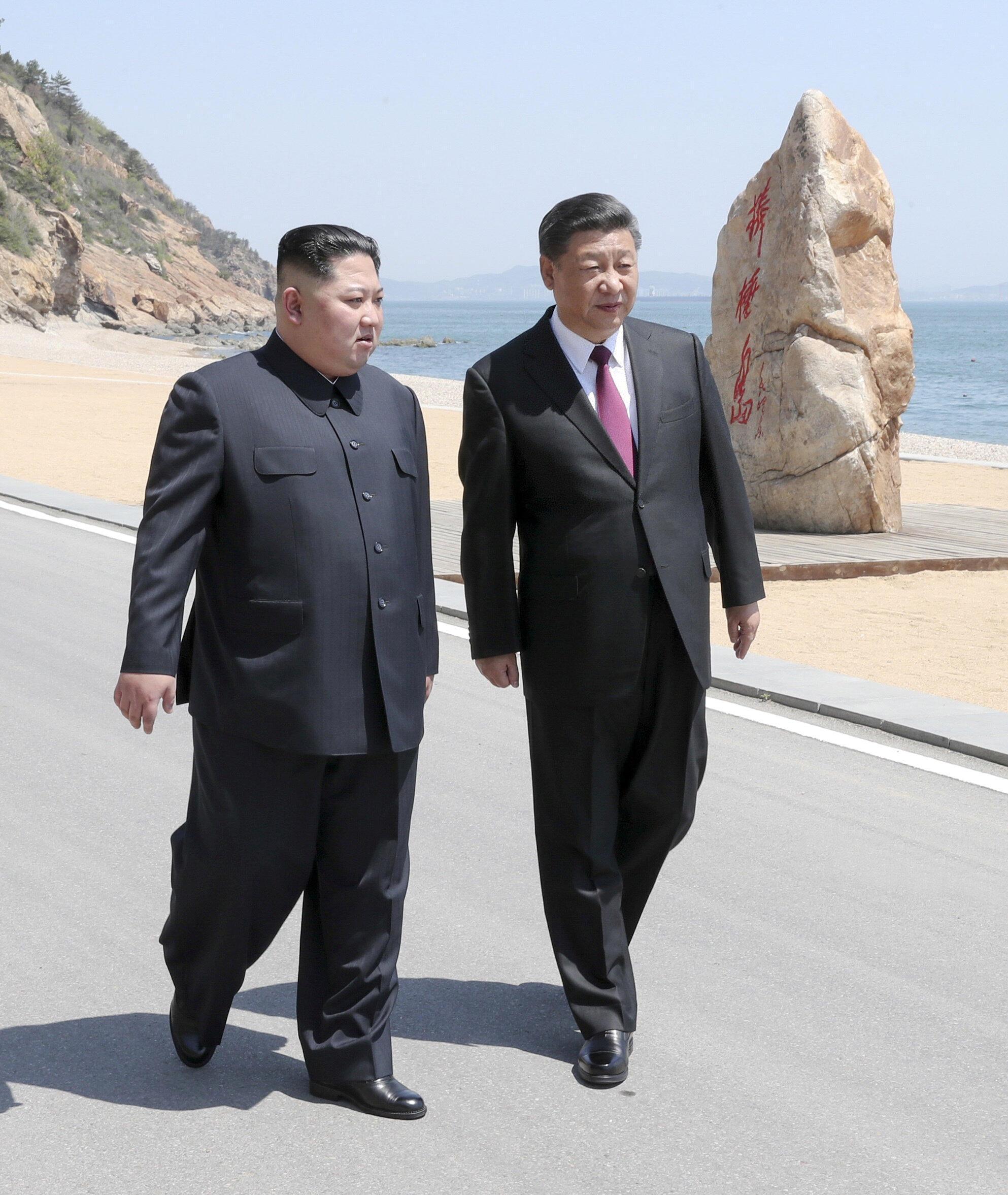 Lãnh đạo Bắc Triều Tiên Kim Jong Un (T) và chủ tịch Trung Quốc Tập Cận Bình, tại Đại Liên (Dalian) tỉnh Liêu Ninh, Trung Quốc (Ảnh do THX công bố ngày 08/05/2018)