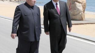 Lãnh đạo Bắc Triều Tiên Kim Jong Un (T) và chủ tịch Trung Quốc Tập Cận Bình, tại Đại Liên (tỉnh Liêu Ninh, Trung Quốc). Ảnh minh họa do THX công bố ngày 08/05/2018