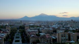 Panorama d'Erevan au soleil couchant