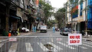 Một đoạn phố Trúc Bạch, Hà Nội, nơi cư trú của ca nhiễm virus corona thứ 17, bị cách ly  từ đêm 06/03/2020.