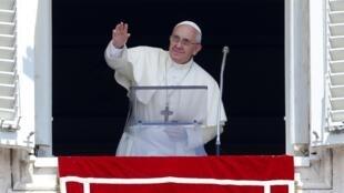 Papa fala a fiéis da janela dos apartamentos papais, neste domingo, 21 de julho de 2013.