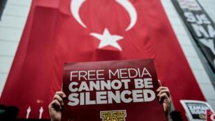 Пикет в защиту независимых СМИ в Стамбуле перед редакцией Bugün