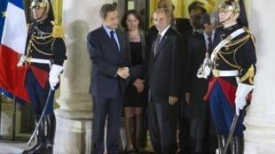 El presidente del CNT Mustafa Abdeljalil despidiéndose de Sarkozy al final de la conferencia.