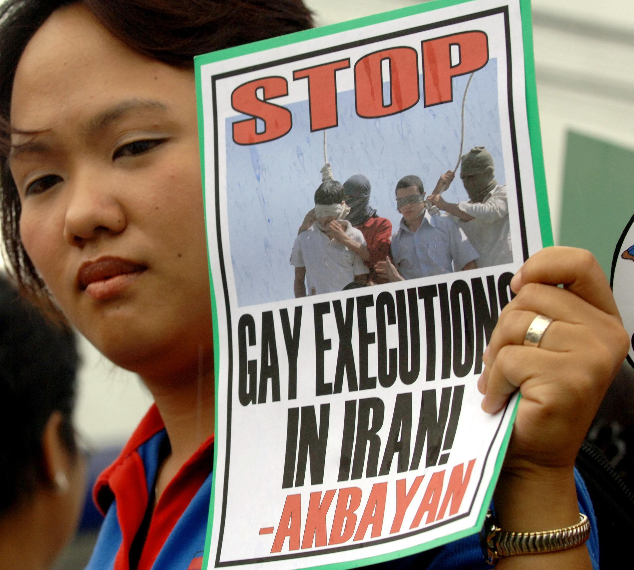 Mulher protesta contra as execuções de homossexuais no Irã, uma prática que se repete em vários países muçulmanos.