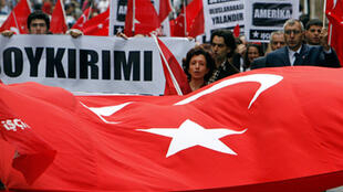 Ankara a toujours refusé de parler de génocide pour qualifier les massacres contre les Arméniens commis en 1915 par l'empire ottoman, auquel la Turquie a succédé. Photo datée de 2007: manifestation anti-américaine à Istanbul.