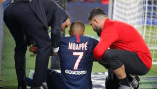 Kylian Mbappe reçoit des soins médicaux après s'être blessé lors de la rencontre contre Toulouse au Parc des Princes, Paris, le 25 août 2019.