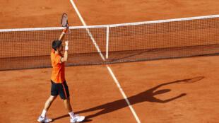 Novak Djokovic celebra sua vitória sobre Rafael Nadal na quadra central de Roland Garros.