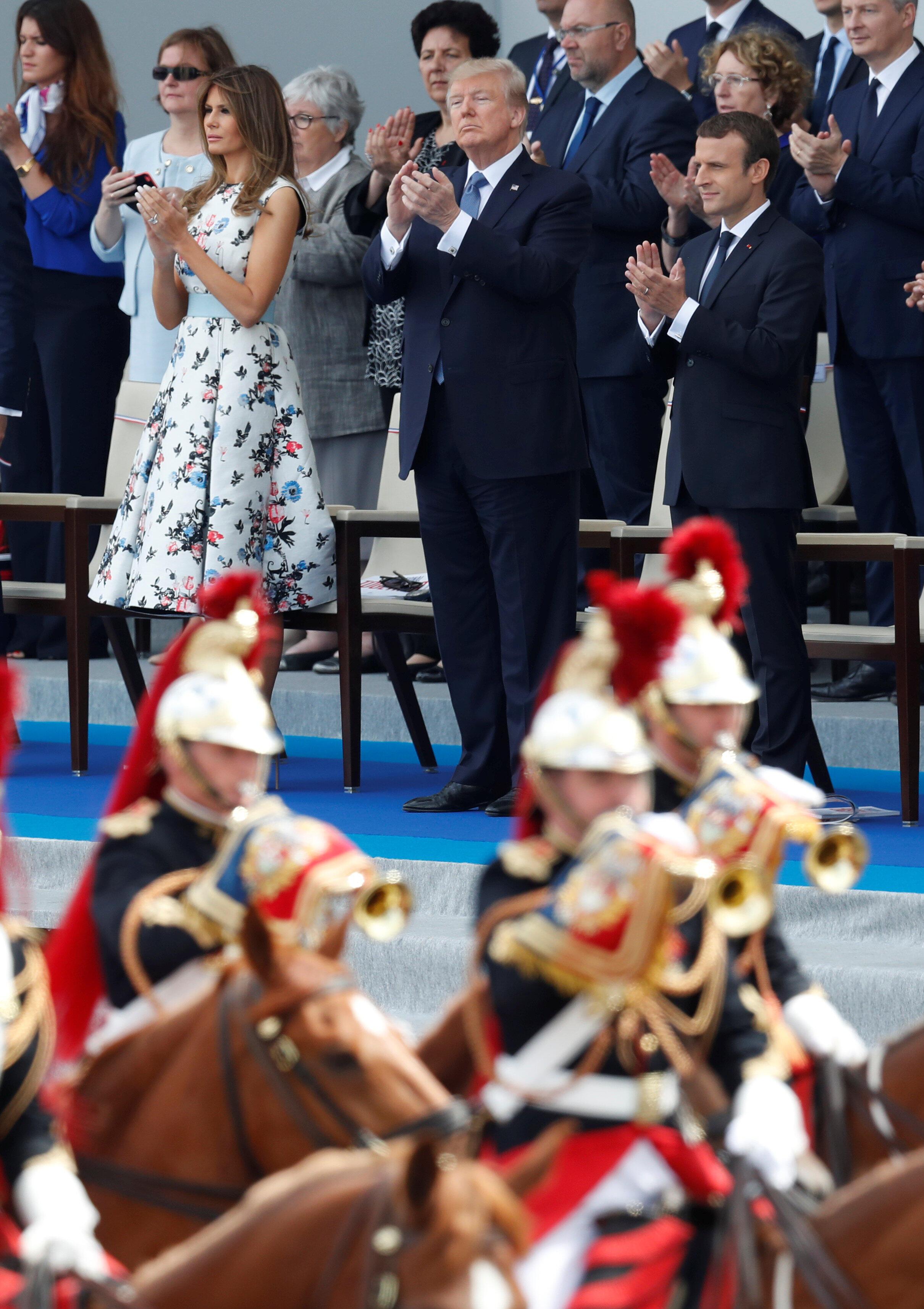 Tổng thống Mỹ Donald Trump trên khán đài danh dự nhân Quốc khánh Pháp 14/07/2017 khi Vệ binh Cộng hòa diễu qua trên lưng ngựa.