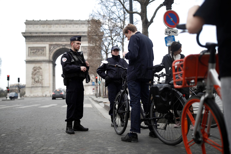 Полицейская проверка на Елисейских полях в Париже 18 марта 2020.