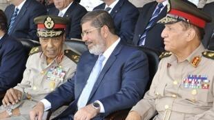 El presidente egipcio Mohamed Mursi junto al Mariscal Husein Tantaui y al jefe del Estado Mayor del Ejército Sami Anan