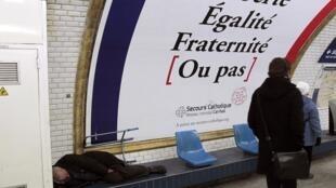 Selon le Samu Social, environ 300 personnes, dont de plus en plus de travailleurs pauvres, dorment dans le métro.