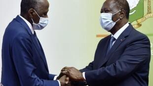 Abidjan, Julai 2, 2020: Rais wa Cote d'Ivoire Alassane Ouattara (kulia) akisalimiana na Waziri Mkuu Amadou Gon Coulibaly (kushoto) baada ya kurejea nchini akitokea Ufaransa ambapo alikuwa amekwenda kwa tatizo la kiafya.