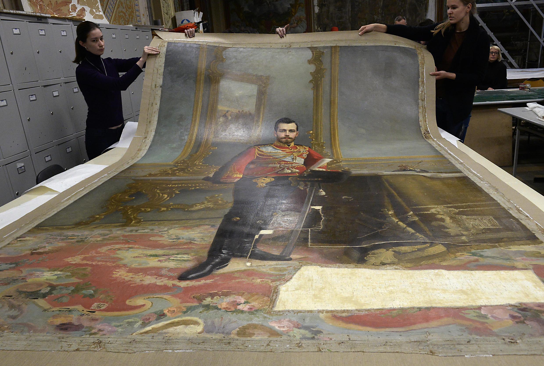 Các chuyên gia tại Viện Công nghiệp Mỹ thuật Stieglitz đang phục chế bức tranh Sa hoàng Nicolas II (Ảnh chụp ngày 17/11/2016)