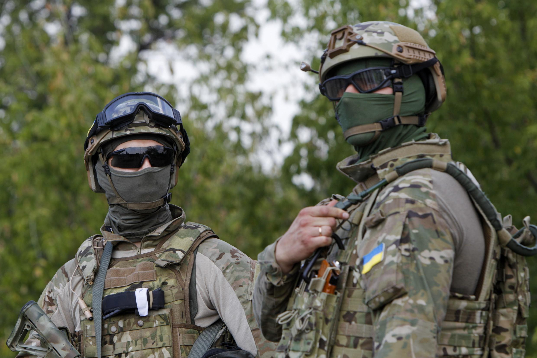 Soldados do exército ucraniano perto de um posto de controla da cidade de Debaltseve, na região de Donetsk, leste da Ucrânia.