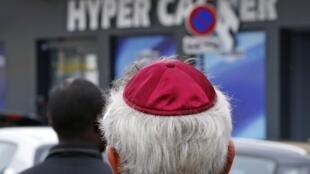 Fachada do mercado judaico no dia seguinte ao ataque.