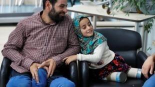 Maya Meri, mai shekaru 8, tare da mahaifinta Muhammed Ali Meri a birnin Istanbul, na Turkiya. 5/7/2018.