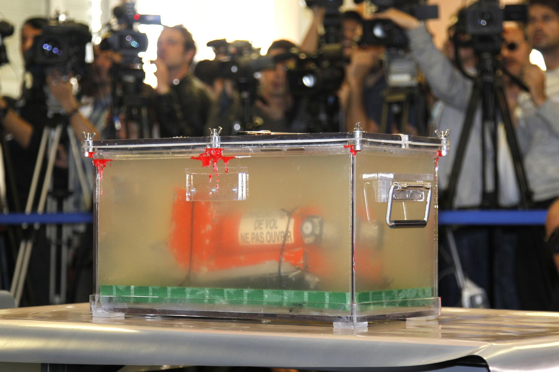 Uma das caixas-pretas do voo AF447, apresentada à imprensa em abril