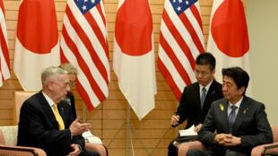Le ministre américain Jim Mattis (G) s'entretient avec le Premier ministre Shinzo Abe (D) lors de sa visite à Tokyo, le 29 juin.