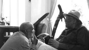 Maâlem Abdellah El Gourd de Tanger avec son vieil ami Randy Weston.