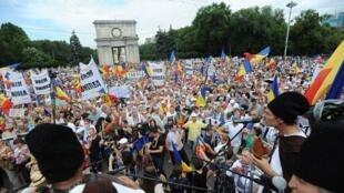 Сторонники вхождения Молдовы в состав Румынии провели в воскресенье, 5 июля, Великое Национальное Собрание.