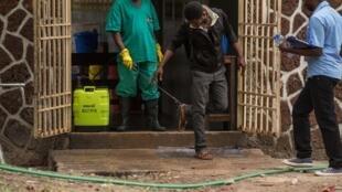 Des mesures de sécurité sont prises à l'entrée de l'hôpital de Wangata où sont traités les malades atteints d'Ebola, à Mbandaka, le 20 mai 2018.