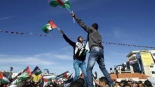 Miles de palestinos se concentraron en Ramala para aclamar a Mahmud Abas tras su regreso de Naciones Unidas.