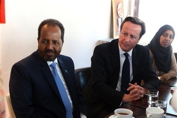 Waziri Mkuu wa Uingereza David Cameron akiwa na Rais wa Somalia Hassan Sheikh Mohamud kwenye mkutano wa kuisaidia Serikali ya Mogadishu kujijenga upya