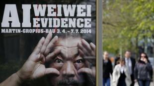 L'affiche de l'exposition « Evidence » de l'artiste chinois Ai Weiwei qui commence le 3 avril 2014 au Martin Gropius Bau à Berlin.