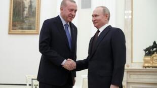 Vladimir Poutine (à droite) et Recep Tayyip Erdogan (à gauche) ont initié une fragile désescalade en Syrie, à Moscou, le 5 mars 2020.