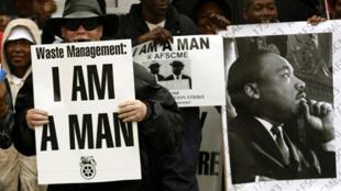 Des Américains venus rendre hommage à Martin Luther King devant l'ancien hôtel Lorraine. Menphis, le 4 avril 2008.