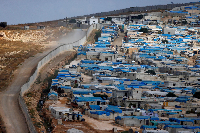 Một trại tị nạn ở gần làng Atimah, vùng Idlib, Syria nằm dọc theo bức tường biên giới với Thổ Nhĩ Kỳ.