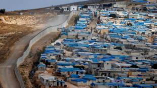 Un camp de déplacés s'étend le long d'un mur à la frontière turque, près du village d'Atimah, dans la région d'Idleb, le 10 octobre 2017.